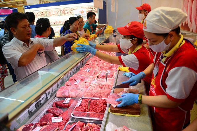 Người dân mua thịt heo tại siêu thị Co.opMart Quang T